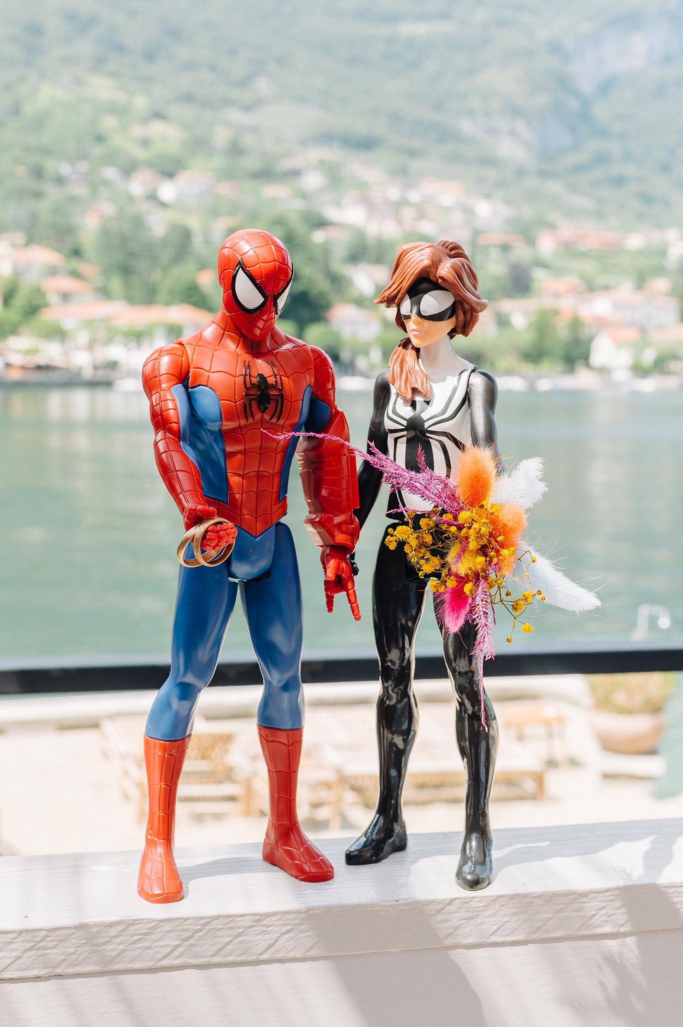 Unomo ragno e donnaragno che si sposano